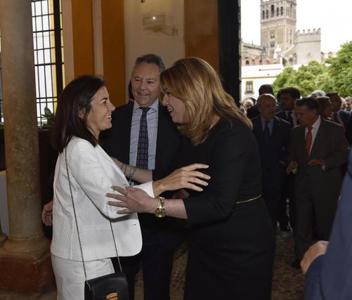 María Jesús Almazor saluda a Susana Díaz, en presencia de José Joly.  Foto: Juan Carlos V?uez / Victoria Hidalgo