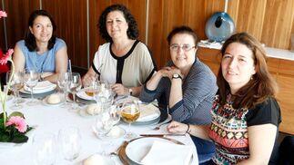 Dolores Sánchez, Charo Gil, Carmen de los Ríos y Manuela Chacón compartieron mesa.  Foto: Ignacio Casas de Ciria