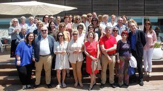 La homenajeada Isabel García León, rodeada de un grupo de compañeros, durante la comida de jubilación en el Hotel Atlántico, tras desempeñar su actividad profesional durante más de cuarenta años en el sector de la sanidad.  Foto: Ignacio Casas de Ciria