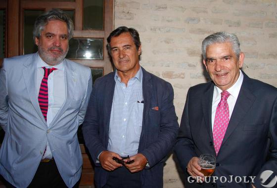 Luis Sánchez-Moliní, junto con el ingeniero agrónomo Jerónimo Cejudo y Adolfo Martínez. / Fotos: Juan Carlos Muñoz y Victoria Hidalgo