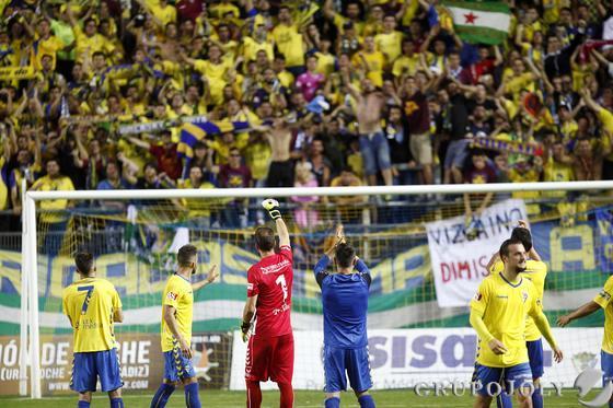 Los jugadores cadistas agradecen el apoyo de la afición.  Foto: Jesus Marin