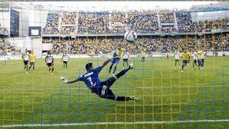 Momento en el que David Sánchez convierte el penalti.  Foto: Jesus Marin