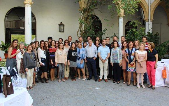 La anfitriona Marisa Galindo Sazo, rodeada de todo el grupo de compañeros, que asisitieron al almuerzo de despedida, en el patio del convento de San Francisco, con motivo de su jubilación.  Foto: Ignacio Casas de Ciria