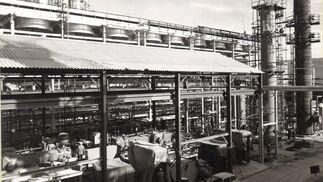 1968. Apenas dos años después, las primeras unidades de la Refinería, entonces con capacidad para destilar 4 millones de toneladas al año, comienzan a operar como símbolo del desarrollismo de una España que, en la calle, tuvo su reflejo en los Seat 600.