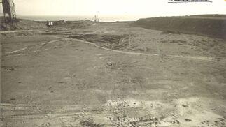 1966. La imagen muestra la extensión de terreno, con vistas a la Bahía de Algeciras, que hoy ocupa la Refinería Gibraltar-San Roque en el año 1966, cuando comenzaron las obras valoradas en casi 6.000 millones de pesetas y con 3.000 trabajadores.