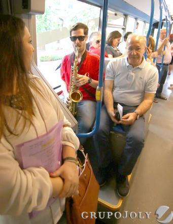 Los granadinos pudieron escuchar música en directo en los autobuses.  Foto: Pedro Hidalgo