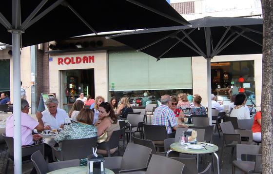 Desayunos, aperitivos y meriendas. La Cafetería-Pastelería Roldán en Puerta Gallegos es de esos lugares perfectos para desayunar, tomar un aperitivo a mediodía o merendar. Todo en el mismo sitio. / Barrionuevo