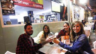 Dieta mediterránea. Especializado en comida andaluza y tapas, aunque se pueden también platos típicos de la cocina mediterránea, la Cervecería Restaurante Los Chopos lleva abierto 16 años. / Barrionuevo