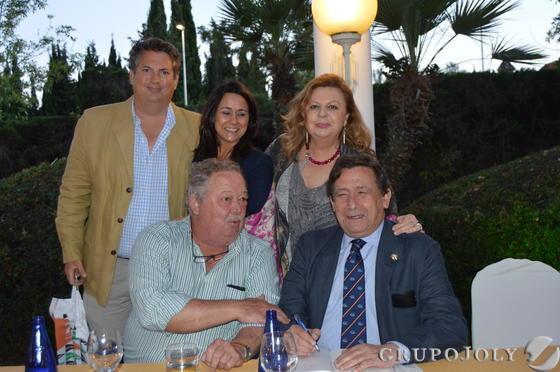 El escritor Alfonso Ussia, con su antiguo compañero de colegio Alfonso Domecq de la Maza, Fonsi Domecq, Pili Sánchez y Aida Vela-Barca.  Foto: Ignacio Casas de Ciria