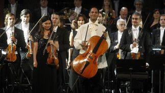 El chelista, Guillermo Pastrana, con la orquesta.  Foto: Pepe Villoslada