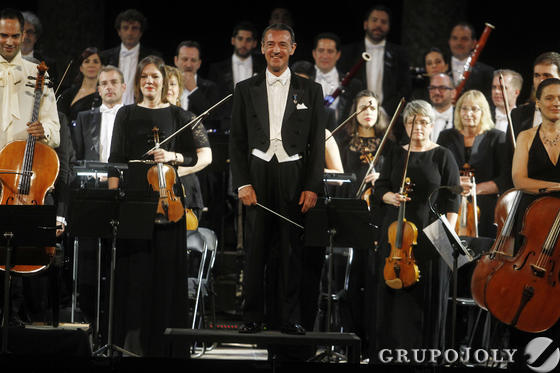 El director, Miguel Ángel Gómer Martínez, al frente de la orquesta.  Foto: Pepe Villoslada