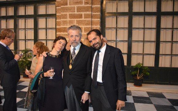El pintor Hernán Cortés, tras su ingreso en la Academia Hispano Americana con sus hijos Ana y Carlos Cortés Bustamante.  Foto: Ignacio Casas de Ciria
