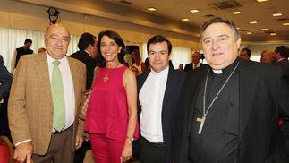 El secretario general de Asaja-Cádiz, Cristóbal Cantos; la enóloga Maribel Estévez;el sacerdote Miguel Ángel Montero;y el obispo José Mazuelos.  Foto: Pascual · Vanesa Lobo