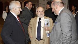 El presidente de honor de Covirán, Antonio Robles, junto a José Enrique Otero y Luis Chacón, de Construcciones Otero.   Foto: Alex Camara/Pepe Villoslada