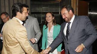 El alcalde de Granada, Paco Cuenca, saluda al director general del Grupo Joly, Tomás Valiente.  Foto: Alex Camara/Pepe Villoslada