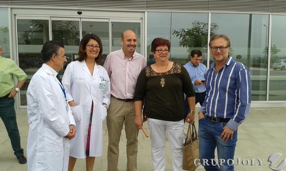 Los directivos y alcaldes de Cártama y Álora con la primera paciente del centro.  Foto: Leonor García
