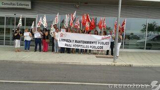 Concentración de miembros de CCOO y UGT.  Foto: Leonor García
