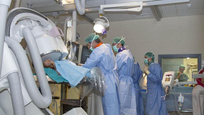 Un paciente es atendido por el  equipo de Neurorradiología Intervencionista mediante alta tecnología.