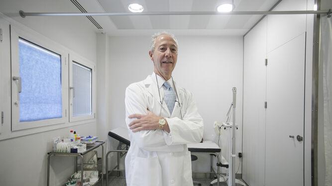 El doctor José Chacón, neurologo de referencia, en su consulta en el Hospital Quirónsalud Infanta Luisa.