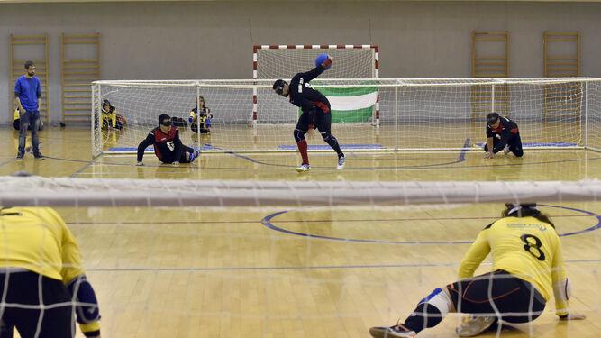 Javier Serrato busca el gol lanzando el balón hacia la portería contraria.