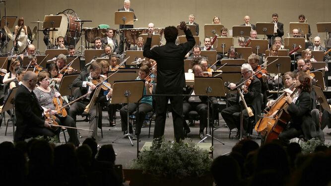 Alfonso Vidán y Javier Pino (CCOO) junto a Pérez Calleja y otros representantes de la plantilla orquestal.