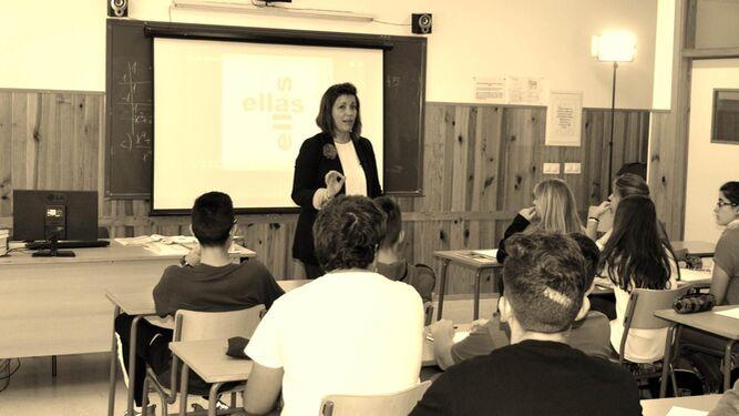 La profesora Mercedes Sánchez Vico en una imagen del documental con sus alumnos de Secundaria.