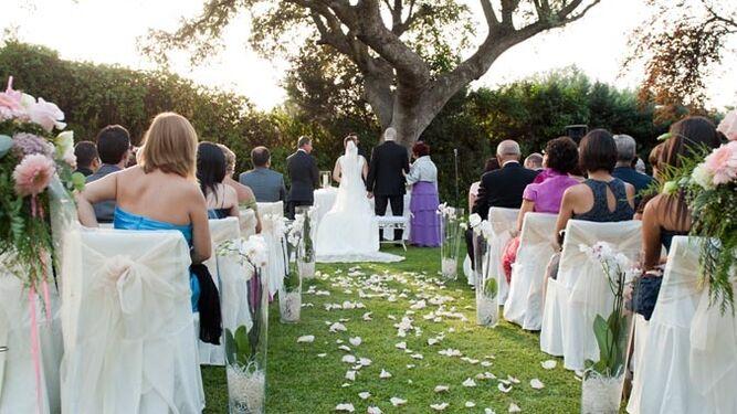 El desplome de las bodas por la iglesia - Decoracion jardin boda civil ...