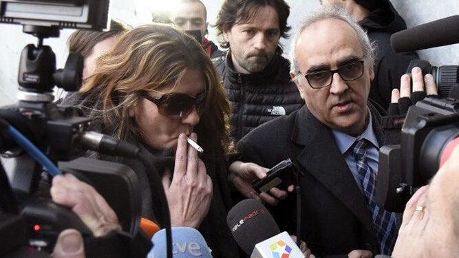 La madre de Nadia, a su llegada al juzgado junto a asu abogado.