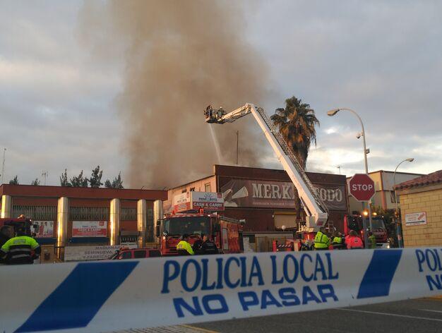 Un incendio destruye una nave de compraventa de muebles en for Muebles poligono pisa