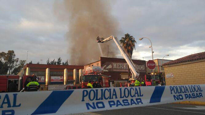 Un incendio destruye una nave de compraventa de muebles en - Muebles poligono pisa ...