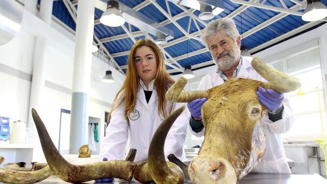 Aniceto Méndez con una de las integrantes de su equipo.