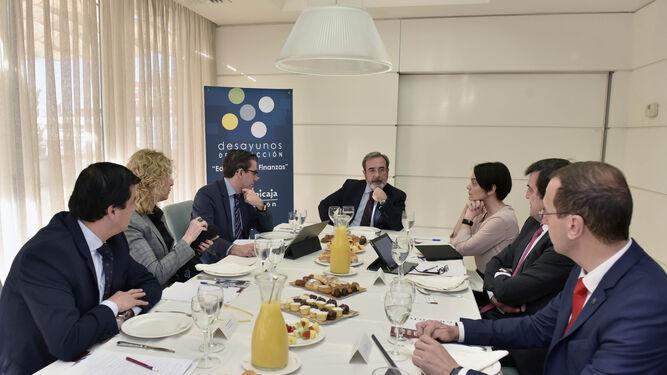 Un momento del desayuno de redacción celebrado en Sevilla y moderado por el director general de Grupo Joly, Juan Carlos Fernández.