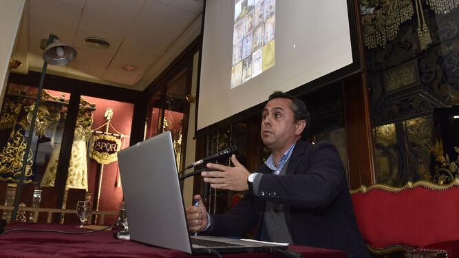 El pintor Ricardo Suárez durante la conferencia.