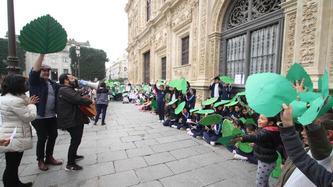 Cinco colegios de la ciudad participaron ayer en esta acción artística reivindicativa.