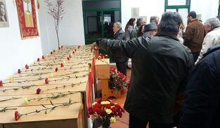 Varios madroñeros, en el acto de despedida de 35 víctimas de la represión franquista.