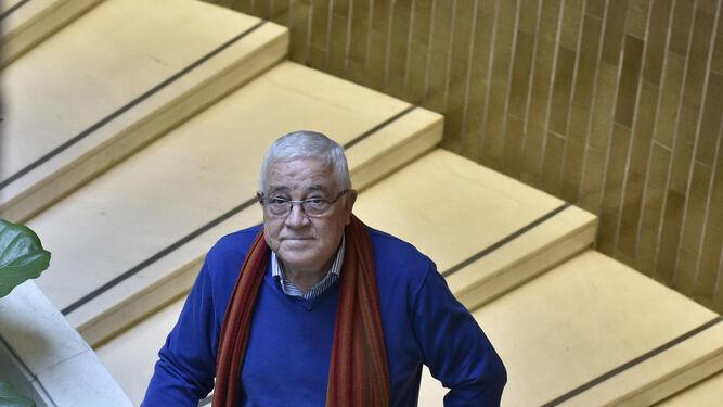 Abel Moreno en la escalera del Hotel Los Lebreros.