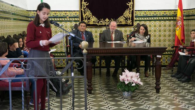 Una alumna leyendo durante el pleno por la igualdad al que asistió Villalobos.