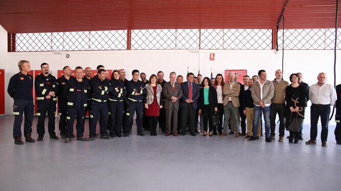 El presidente de la Diputación con el alcalde de Cazalla y el grupo de bomberos, ayer, en la inauguración el nuevo parque.