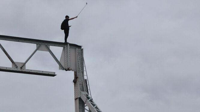Un joven se hace una 'selfie' desde lo alto del puente.