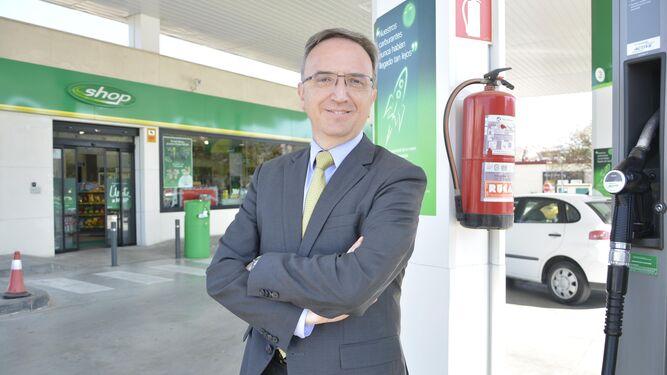 El presidente de BP España, Luis Aires, posa en una gasolinera recién inaugurada en Algeciras.