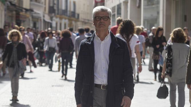 Javier Landa, ayer, paseando por la calle Tetuán que desemboca en la Plaza Nueva donde trabajó durante cuatro años.