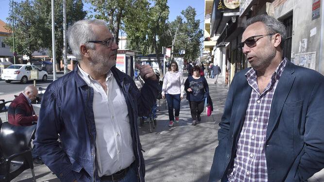 Juan José de la Rosa (derecha) en su peluquería 'low cost'.