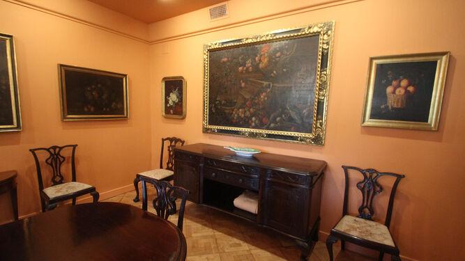 1. Manuel Beca Soto muestra el salón principal de la Botella de la Palmera. 2. Detalles del comedor de la casa con muebles de la época. 3. Jardín trasero del chalé donde también se celebran eventos. 4. Capilla en el interior de la propiedad.