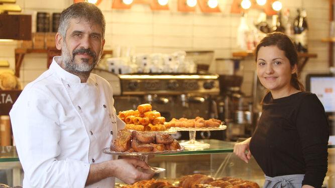 1. Manu Jara y Rosa Rodríguez están  al frente de este proyecto. 2. Ahora trabajan las torrijas y los pestiños. 3. Una joven con una bandeja de rosquillas.