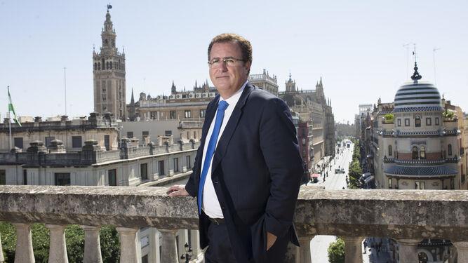 Juan Carlos Cabrera posa en la azotea del Ayuntamiento con la Giralda y la Avenida de la Constitución como telón de fondo.