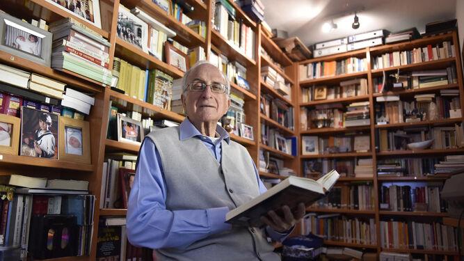 José Sánchez Herrero, en su domicilio, durante un momento de la entrevista.