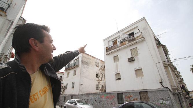 La estrechez de las escaleras del bloque en el que vivía José María López le impedía salir a la calle.