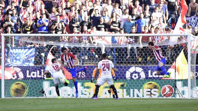 El Sevilla hace corro al principio del partido, un ritual que tuvo poco efecto en el Vicente Calderón.