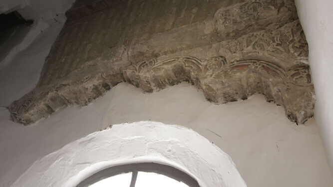Restos de la decoración existente.