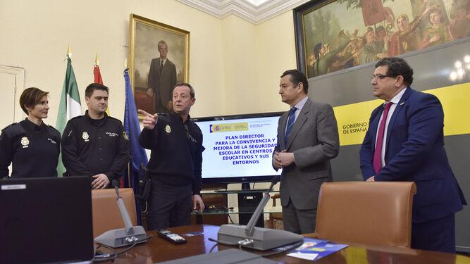 Los policías Virginia Sierra, José Antonio Alonso y Francisco Anguita charlan con el delegado del Gobierno, Antonio Sanz, y el coordinador del Plan Directr, Rafael Martín.
